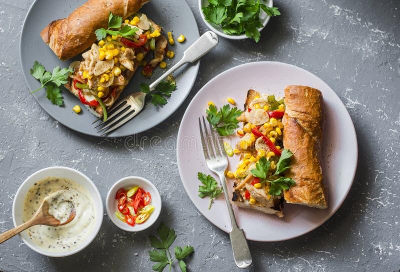 Sanduíche do Fajita Baguette grelhado picante em um fundo cinzento, vista superior dos fajitas da galinha imagem de stock