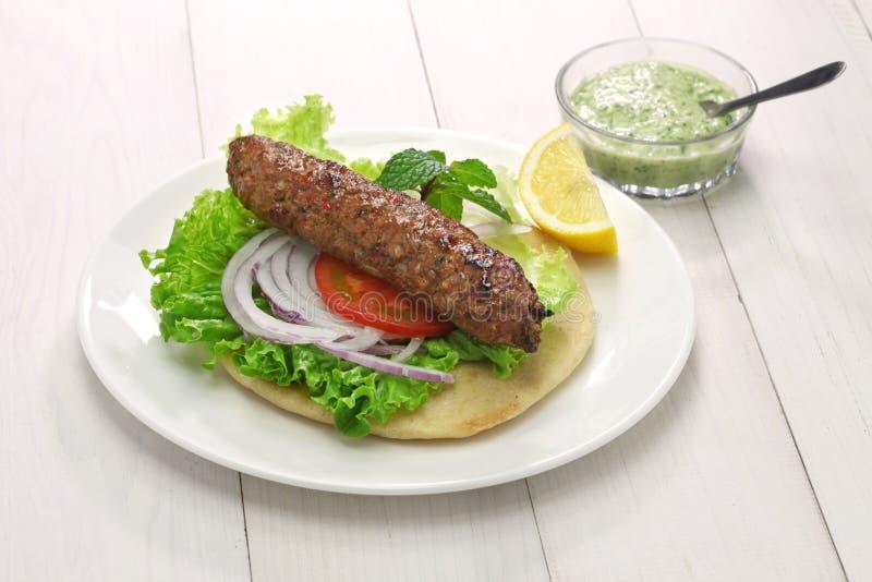 Sanduíche do no espeto do kabab do seekh da carne de carneiro fotografia de stock