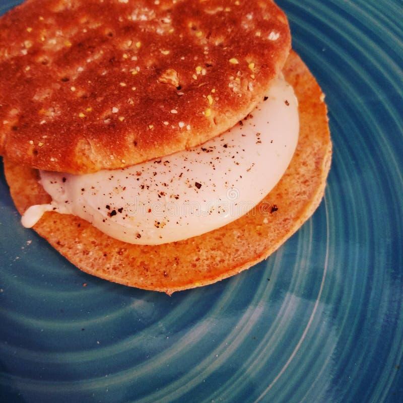 Sanduíche do ovo escalfado imagem de stock