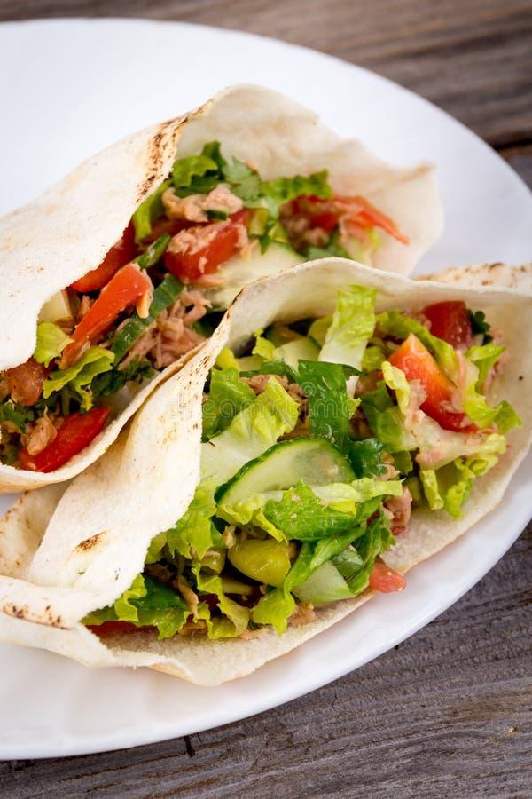 Sanduíche do pão árabe do atum imagem de stock