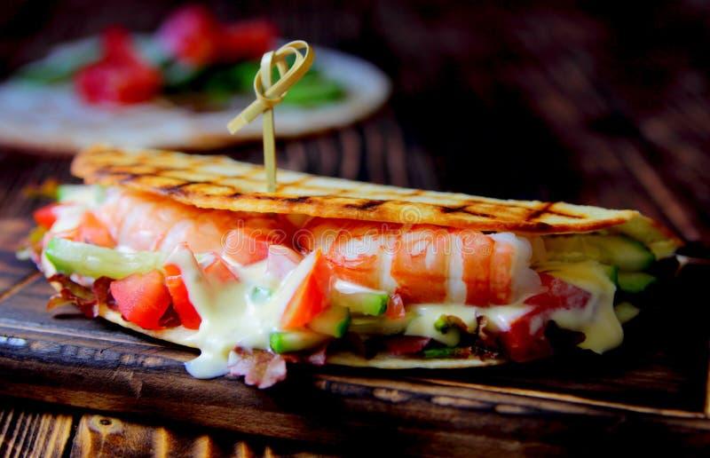 Sanduíche do pão árabe com camarão fotos de stock