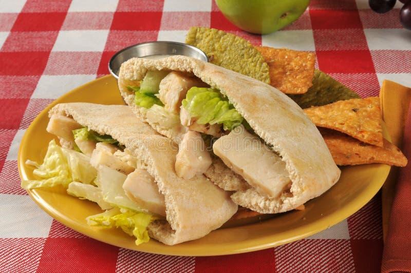 Sanduíche do pão árabe de Caesar da galinha foto de stock royalty free