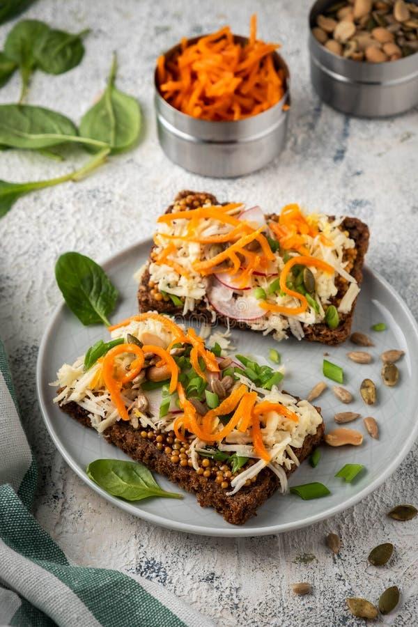 Sanduíche do pão com queijo e vegetais; café da manhã saudável; alimento do vegetariano imagens de stock royalty free