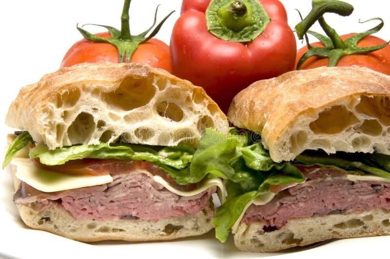 Sanduíche do pão do ciabatta do queijo do boursin da carne do assado imagem de stock royalty free