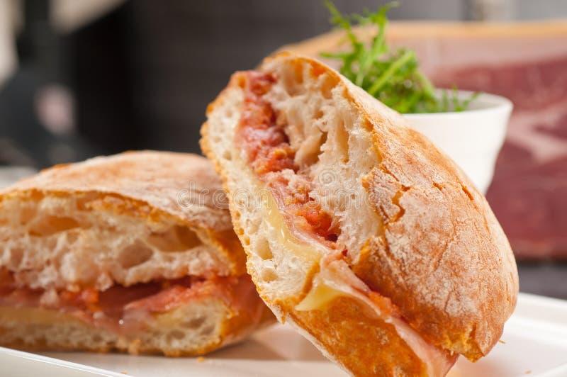 sanduíche do panini do ciabatta 3939193 com presunto e tomate de parma imagem de stock