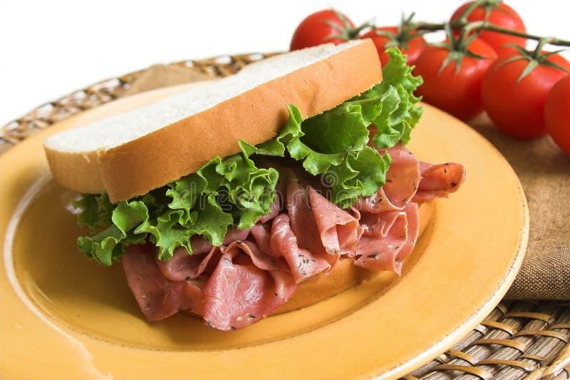 Sanduíche do Pastrami e da alface fotos de stock royalty free