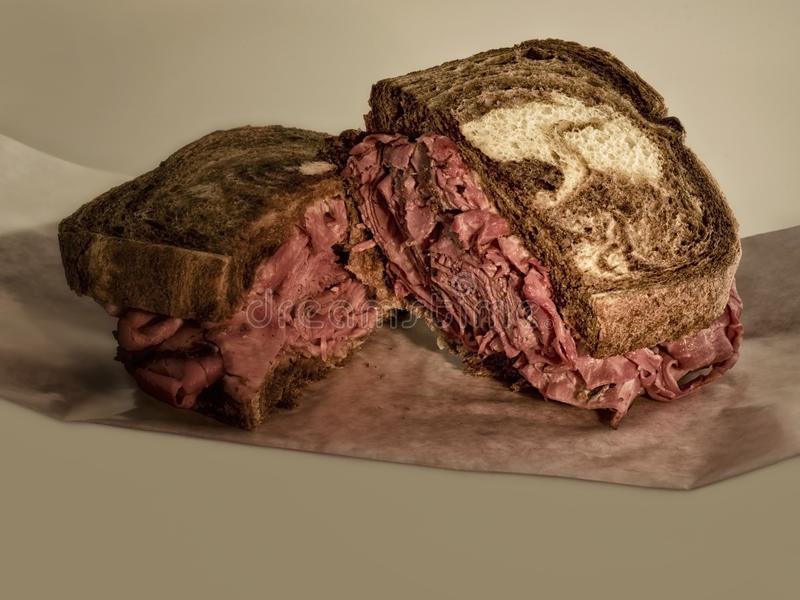 Sanduíche do Pastrami em Rye imagens de stock