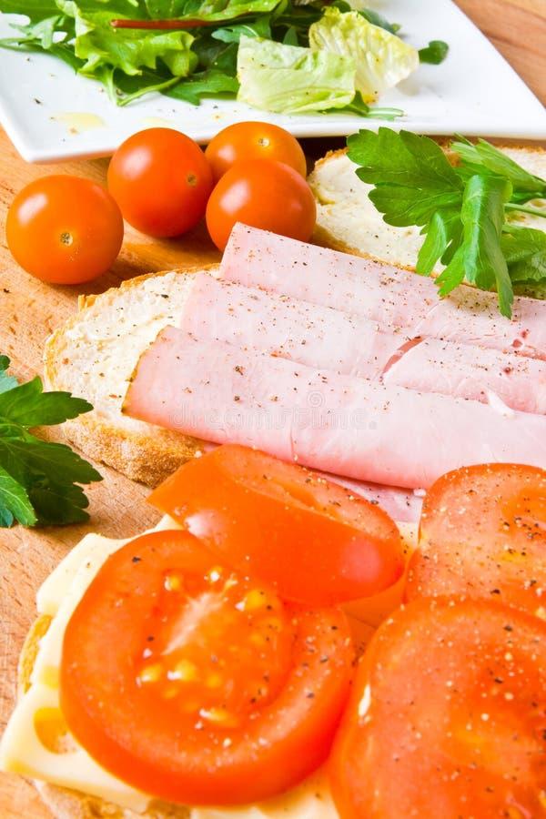 Sanduíche do presunto, do queijo e do tomate foto de stock
