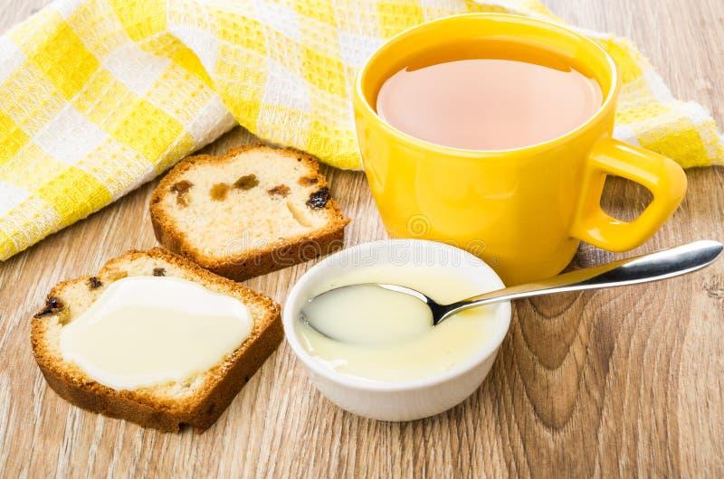 Sanduíche do queque com leite condensado do doce, copo do chá fotografia de stock royalty free