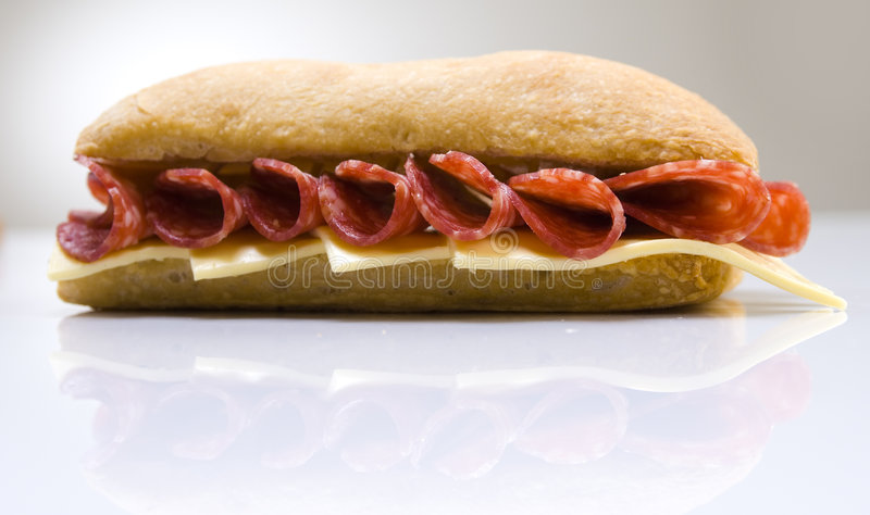 Sanduíche do Salami e do queijo fotografia de stock