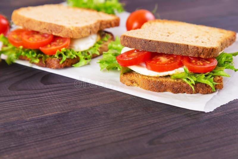 Sanduíche dois caseiro com ovo, salada e tomates imagens de stock royalty free