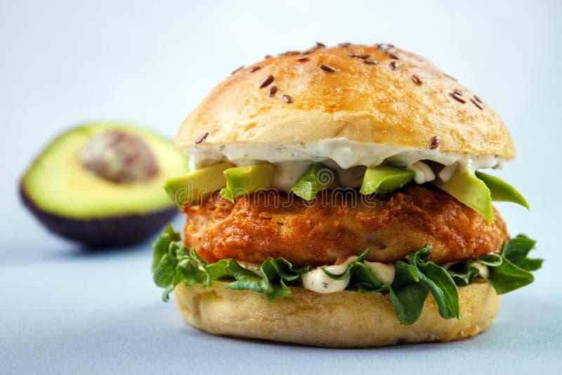 Sanduíche dos peixes do abacate fotografia de stock