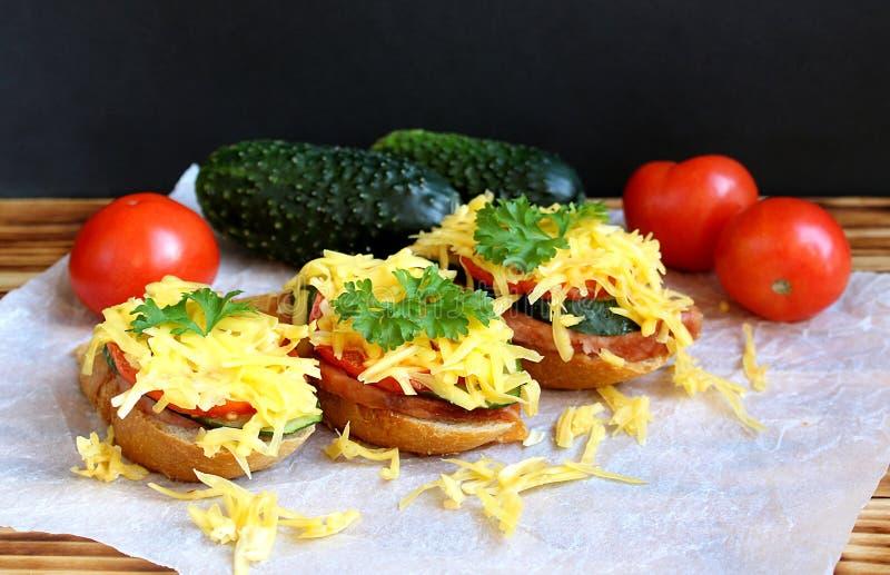 Sanduíche dos vegetais da salsicha e dos cogumelos polvilhados fotos de stock royalty free