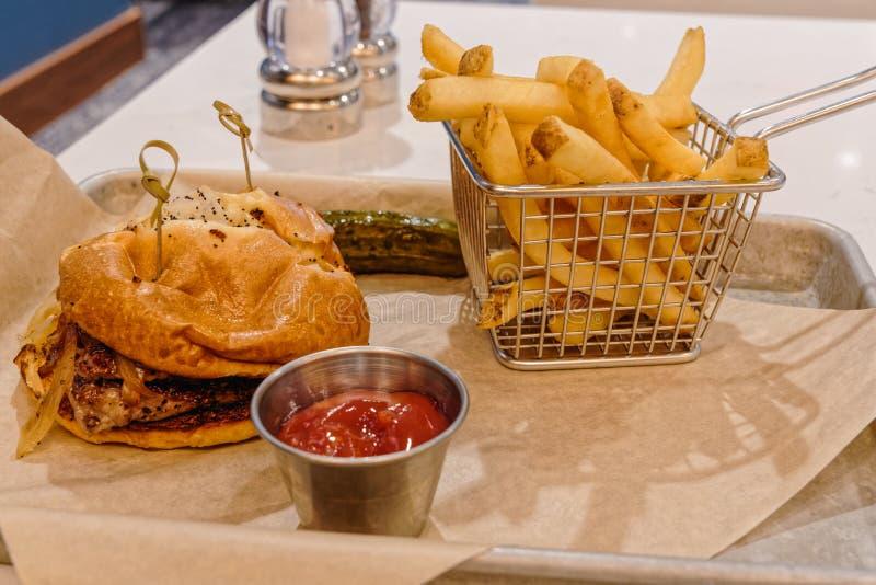 Sanduíche e batatas fritas grelhados de bife imagem de stock royalty free