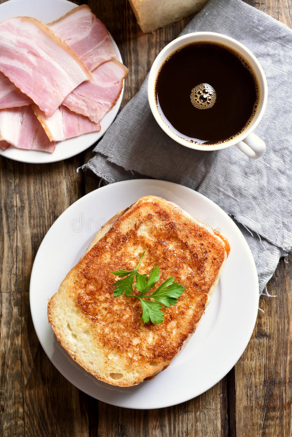 Sanduíche e café do brinde do café da manhã imagens de stock