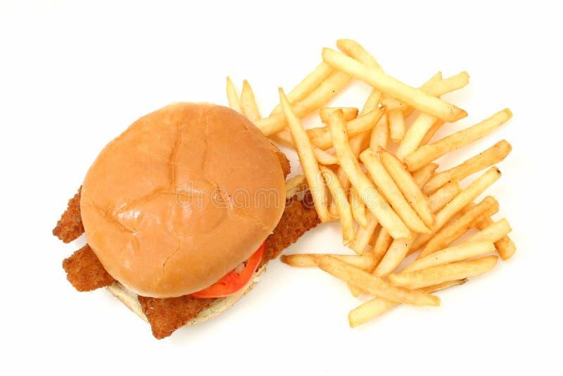 Sanduíche e fritadas fritados friáveis dos peixes sobre o fundo branco imagem de stock