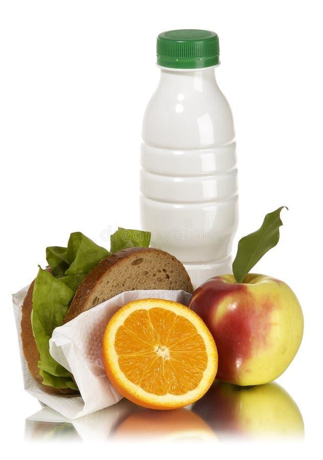 sanduíche e laranja do leite da maçã do almoço de escola imagem de stock royalty free