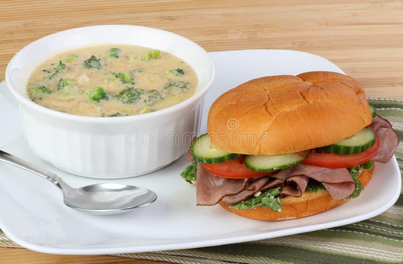 Sanduíche e sopa da carne do assado imagem de stock royalty free
