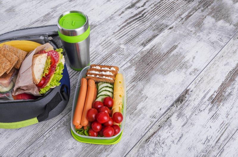 Sanduíche em uma cesta de comida imagem de stock