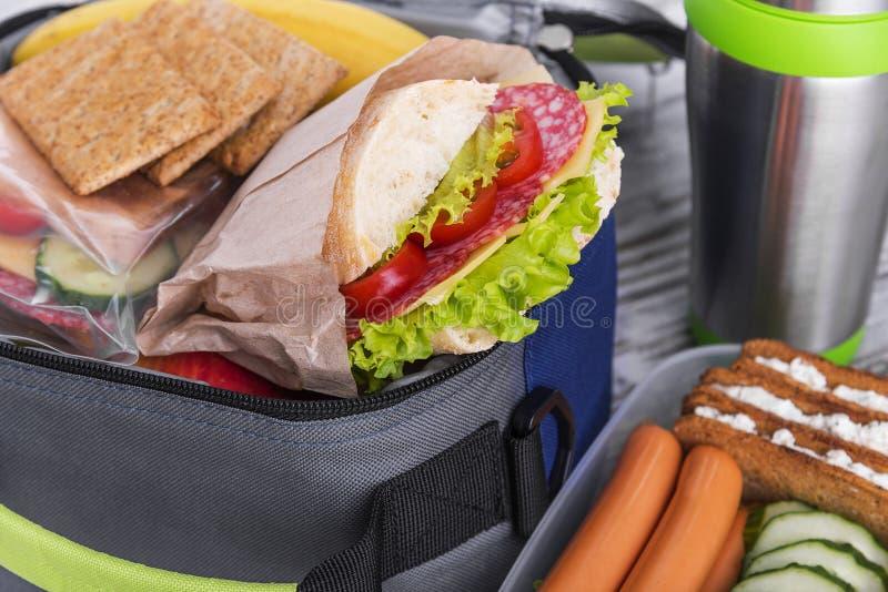 Sanduíche em uma cesta de comida foto de stock