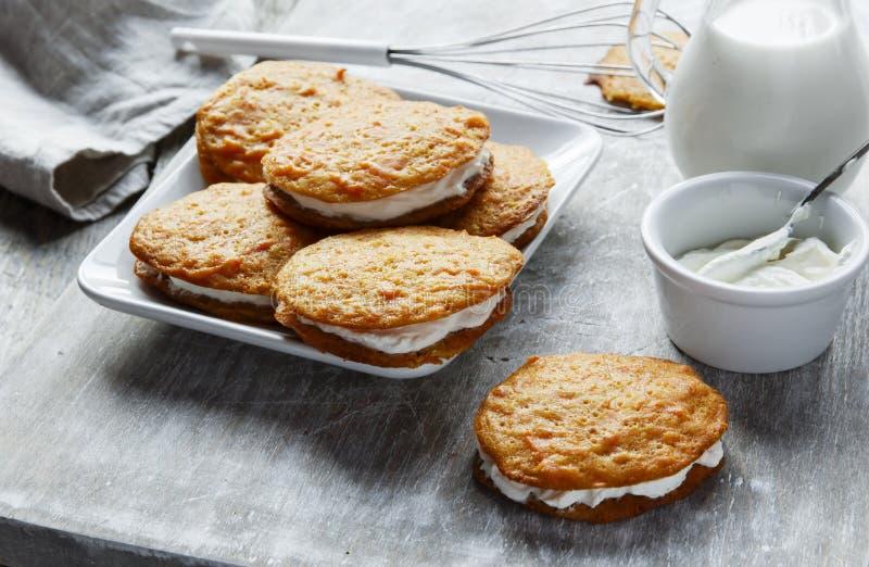 Sanduíche enchido creme das cookies do bolo de cenoura fotografia de stock
