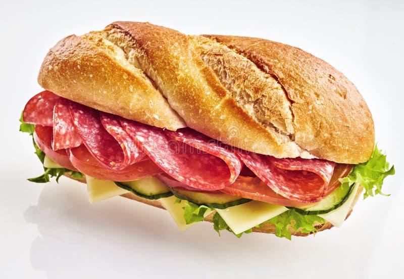 Sanduíche fresco com salame, queijo e vegetais imagem de stock