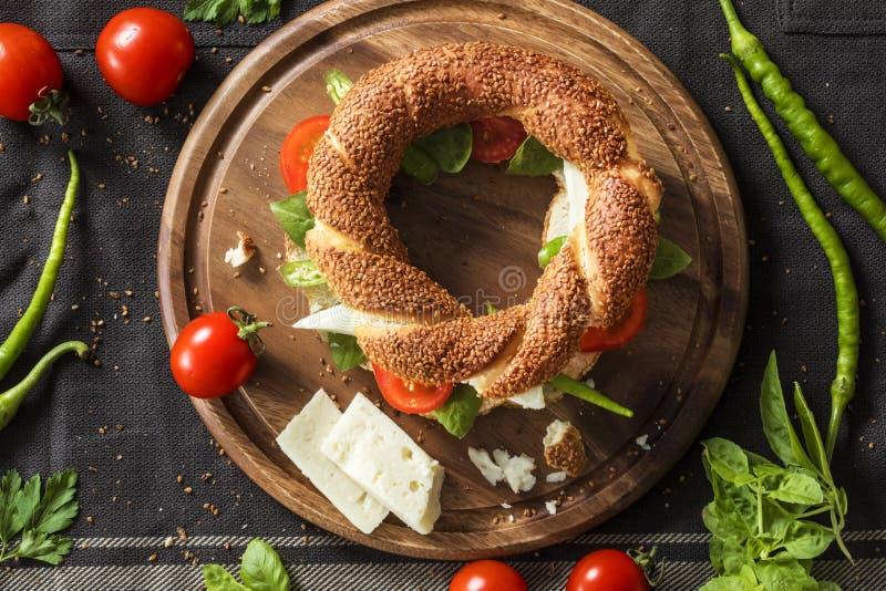 Sanduíche fresco do bagel na placa de desbastamento imagens de stock royalty free