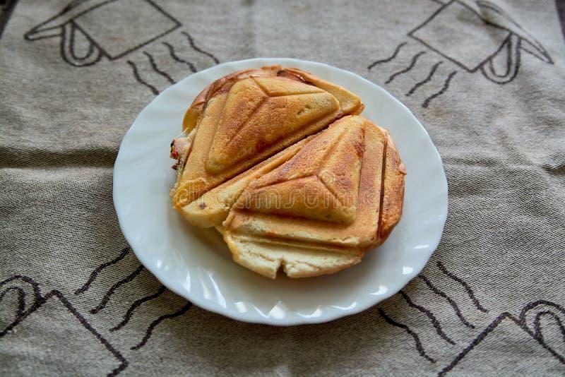 Sanduíche friável quente Torradeira delicioso friável quente fresco em uma placa branca para o café da manhã fotos de stock