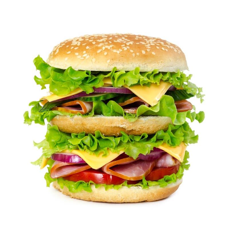 Sanduíche grande com presunto, tomate, queijo, cebola e alface imagens de stock