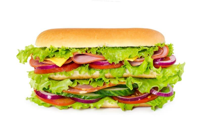 Sanduíche grande com presunto, tomates, pepinos, queijo, cebola e sa fotografia de stock royalty free