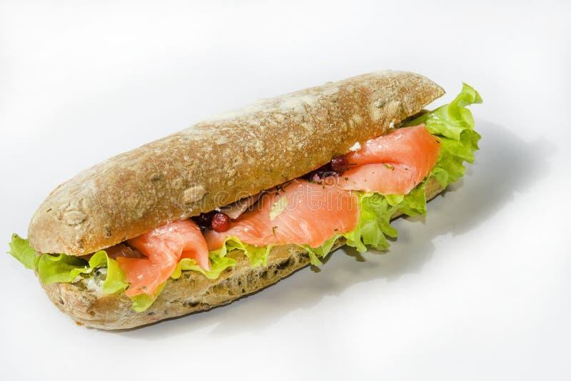 Sanduíche grande e entusiasta com peixes vermelhos, faixa dos salmões, salada, arando e o bolo fresco o conceito do almoço imagem de stock