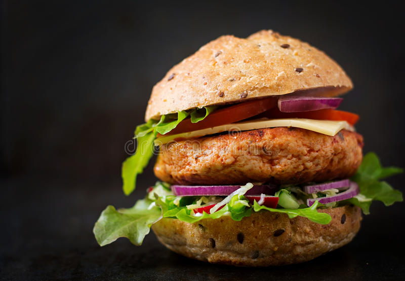Sanduíche grande - Hamburger com o hamburguer suculento da galinha imagens de stock royalty free