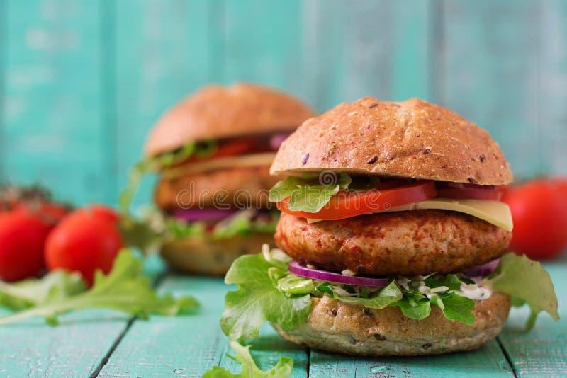 Sanduíche grande - Hamburger com o hamburguer suculento da galinha fotos de stock royalty free