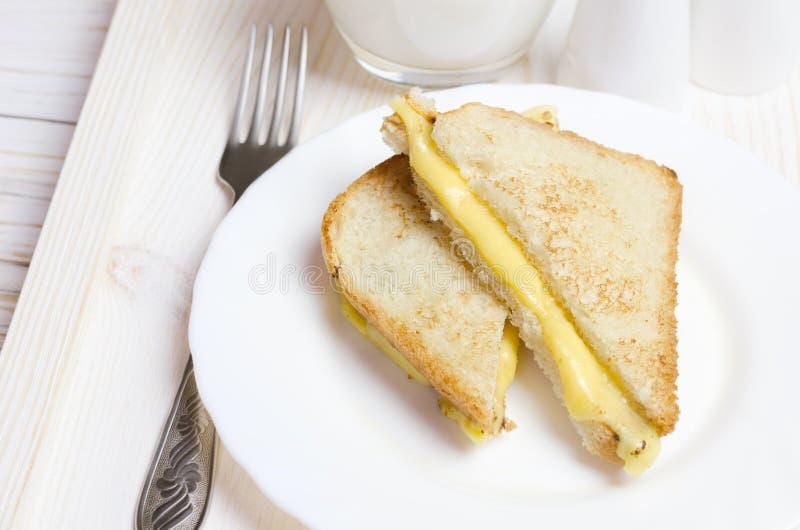 Sanduíche grelhado caseiro do queijo para o café da manhã fotografia de stock royalty free