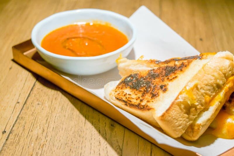 Sanduíche grelhado do queijo com sopa do tomate imagem de stock royalty free