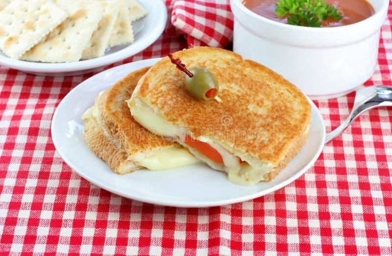 Sanduíche grelhado do queijo e do tomate fotos de stock royalty free