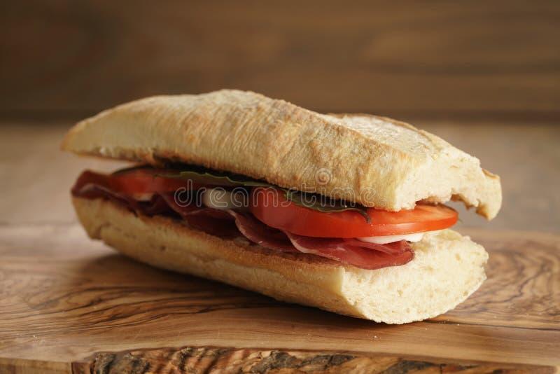 Sanduíche italiano caseiro com bresaola e mussarela fotografia de stock