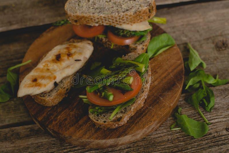Sanduíche na tabela foto de stock