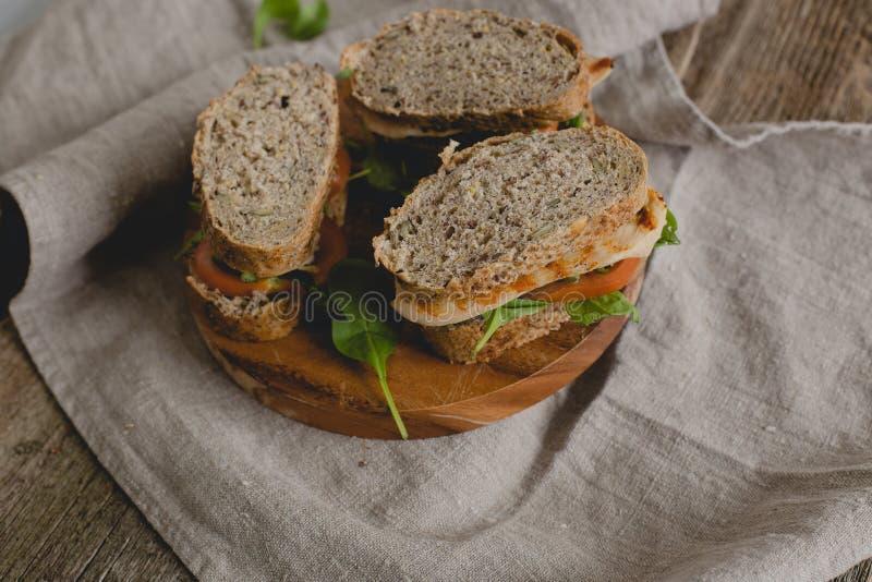 Sanduíche na tabela fotografia de stock