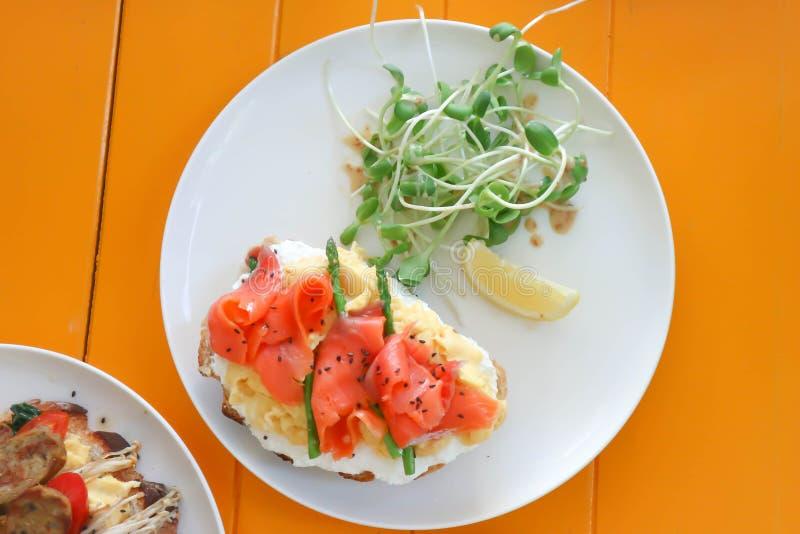 Sanduíche ou baguette Salmon com salmões e vegetal imagens de stock royalty free