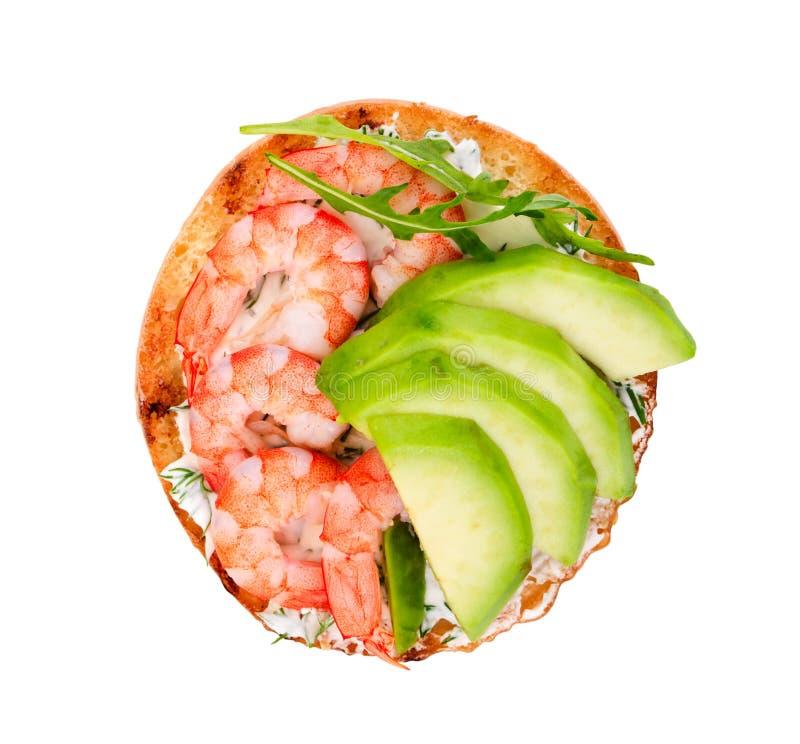 Sanduíche pequeno com o abacate e o camarão isolados no backgro branco imagens de stock royalty free