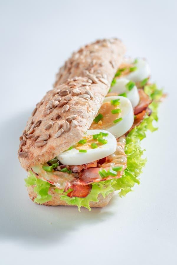 Sanduíche saboroso com ovos, bacon e alface imagem de stock royalty free