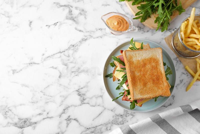 Sanduíche saboroso com pão torrado servido na mesa de mármore, vista superior Espaço para texto foto de stock royalty free