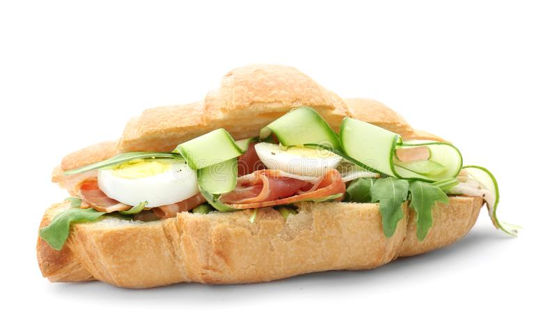 Sanduíche saboroso do croissant com bacon e ovos foto de stock