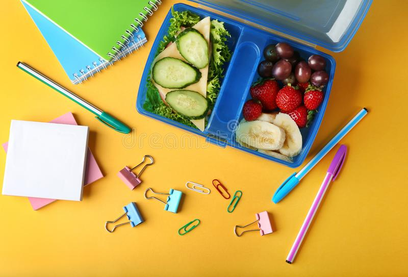 Sanduíche saboroso e frutos na cesta de comida e nos artigos de papelaria foto de stock