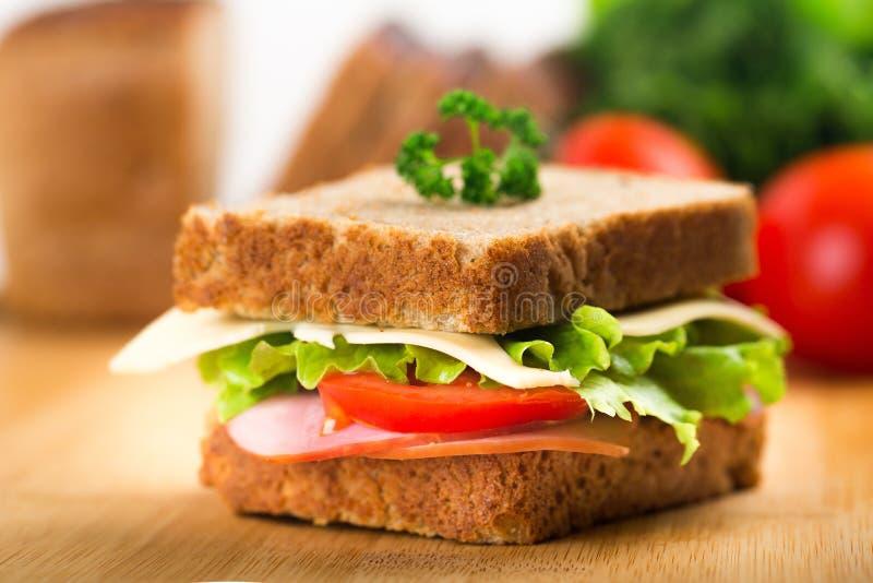 Sanduíche saboroso fresco com presunto, opinião do close-up fotografia de stock royalty free