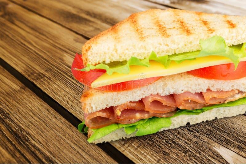 Sanduíche saboroso fresco com presunto, opinião do close-up fotografia de stock