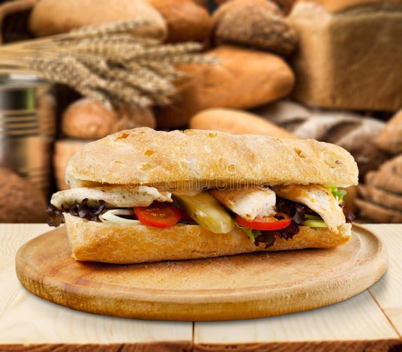 Sanduíche saboroso fresco na placa de corte fotos de stock royalty free