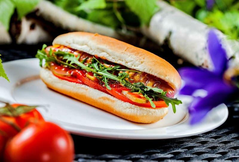 Sandu?che secund?rio italiano caseiro com salame, alface, tomate e paprika Foco seletivo foto de stock