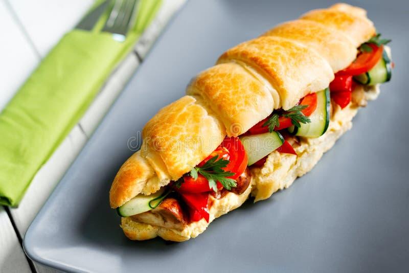 Sanduíche submarino fresco com, queijo, mussarela, tomates, pimenta doce, pepinos, alface e cebolas imagens de stock royalty free